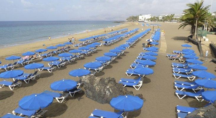 Playa con hamacas en el archipiélago canario